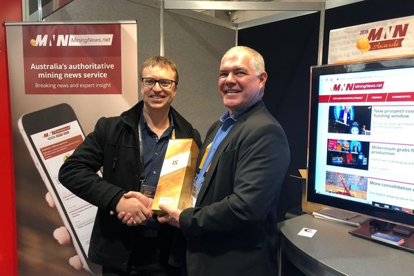 booth prize winner etallurgy laboratory manager arley avies left with esourcetocks business development manager ayne eal